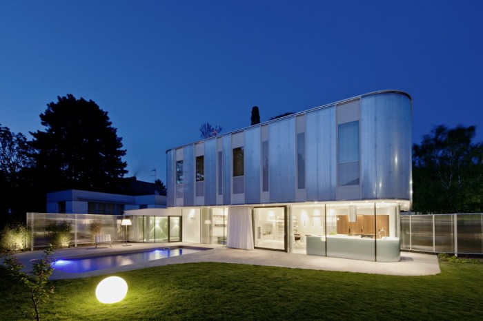 Curved-House-Design-in-Suburb-of-Vienna-Austria-Night-View-700x466